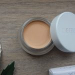 "Geswatcht: ""Un"" Cover-Up und skin2skin Foundation Brush von RMS Beauty"